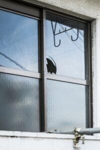 割れた窓 空き巣注意