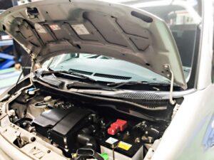 車のボンネットの中 バッテリー
